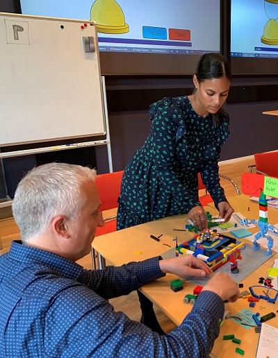 Product Owner Kristian Bülck og forretningsanalytiker Nanna Nørskov Boxill deltager i agil team træning.
